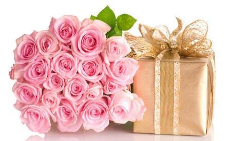 букет роз и подарок