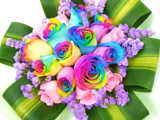 радужные розы в букете